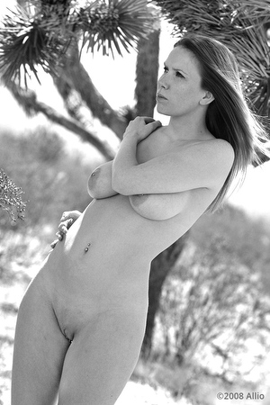 Allio legittima alfresco contenta original photographic art of Jenny Divine nude life model