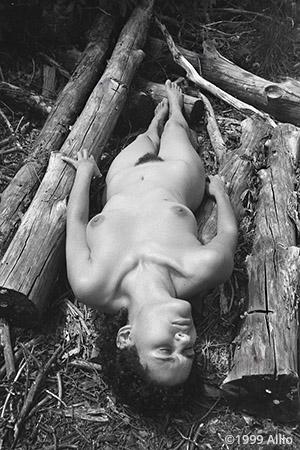 Allio mortale cinquantauna ciclo natura bodyfree artwork of Vanessa Littlecrow nude in nature
