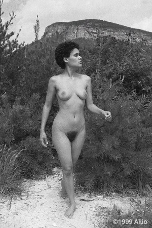 Allio regenerazione cinquantauna ciclo natura bodyfree artwork of Vanessa Littlecrow nude in nature