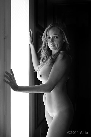 costruire Allio original image of photomodel Ava Senese nude muse in natural light aloof awareness