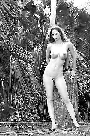 alzare figura nuda pilastro Allio originale arte fotografia di Serenity Dalys fotomodella musa nuda