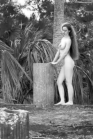 retta figura nuda pilastro Allio originale arte fotografia di Serenity Dalys fotomodella musa nuda