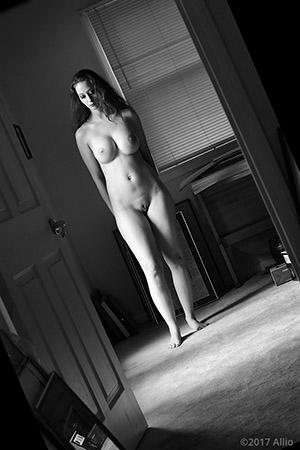 porta alperta 881 Allio originale arte fotografia di Serenity Dalys complessa nuda